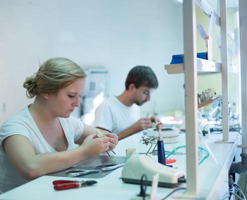 Hier arbeiten unsere Zahntechniker an den kieferorthopädischen Geräten.
